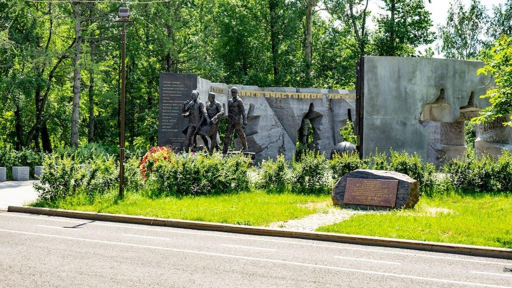 pamyatnik-geroyam-chernobylya-na-poklonnoj_01