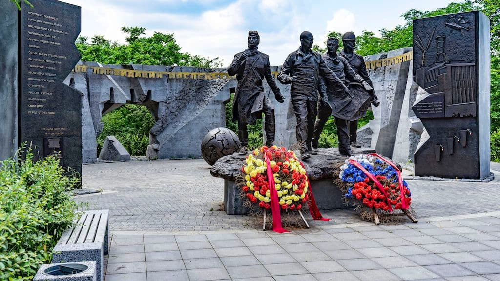 pamyatnik-geroyam-chernobylya-na-poklonnoj_04