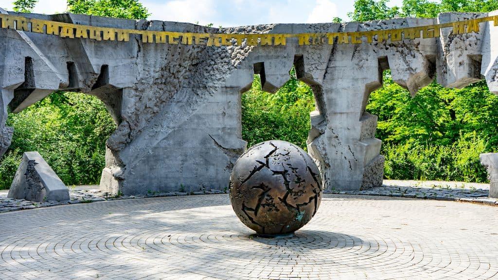 pamyatnik-geroyam-chernobylya-na-poklonnoj_06
