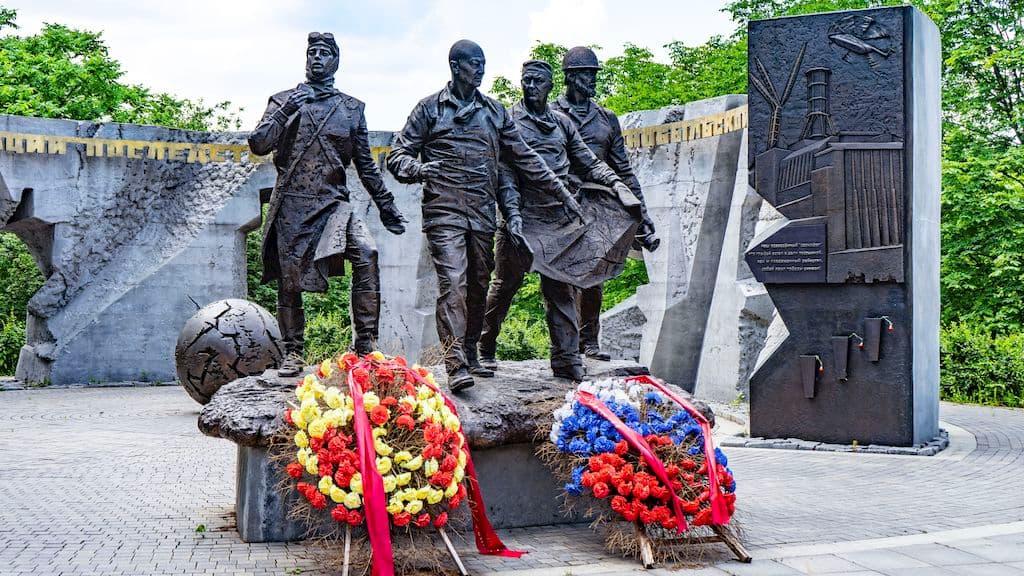 pamyatnik-geroyam-chernobylya-na-poklonnoj_10
