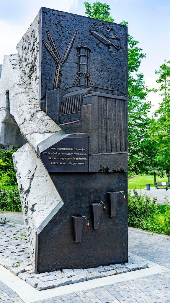 pamyatnik-geroyam-chernobylya-na-poklonnoj_11