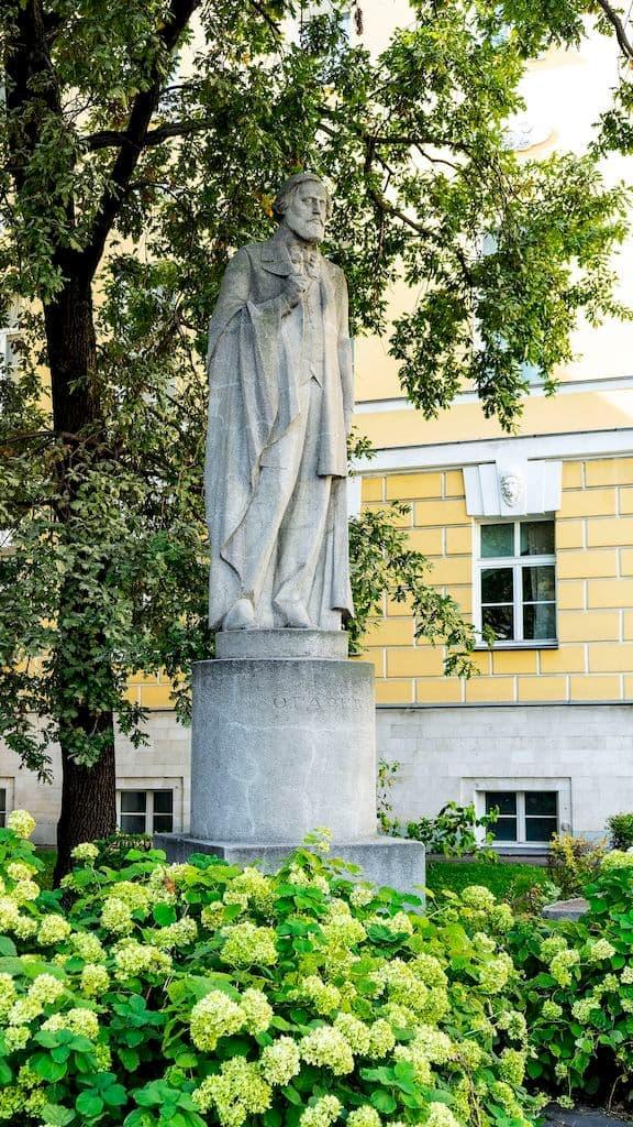 pamyatniki-gercenu-i-ogaryovu-na-mohovoj_11
