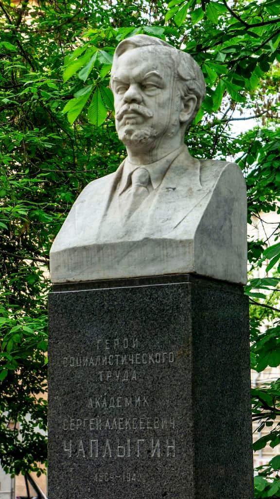pamyatnik-byust-chaplyginu-v-bolshom-haritonevskom_05