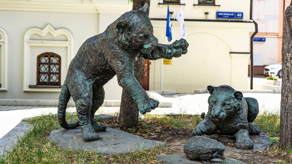 skulptura-igrayushchie-tigryata-na-myasnickoj-ulice_01