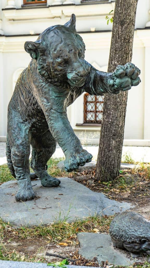 skulptura-igrayushchie-tigryata-na-myasnickoj-ulice_02