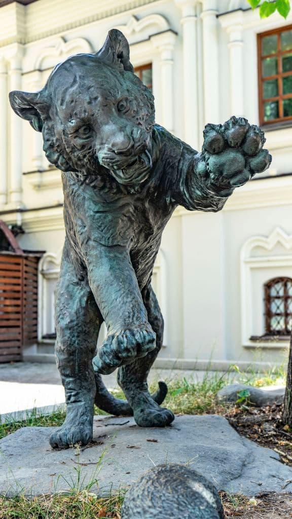 skulptura-igrayushchie-tigryata-na-myasnickoj-ulice_03