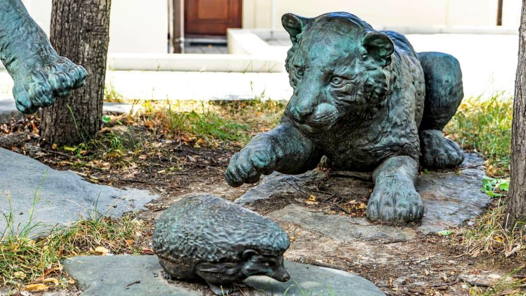 skulptura-igrayushchie-tigryata-na-myasnickoj-ulice_04