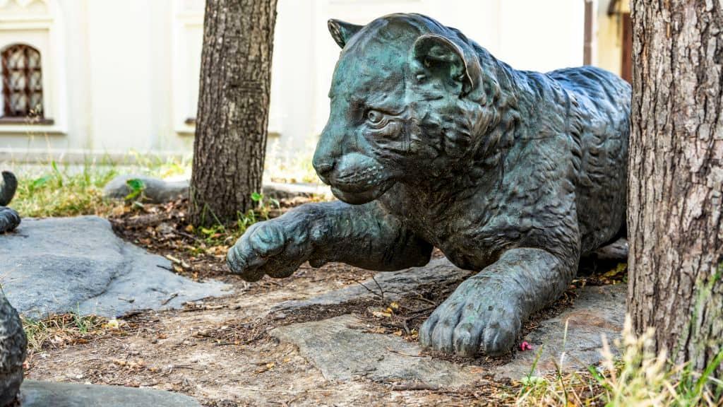 skulptura-igrayushchie-tigryata-na-myasnickoj-ulice_07