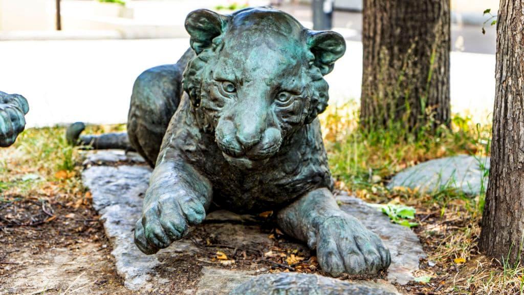 skulptura-igrayushchie-tigryata-na-myasnickoj-ulice_08