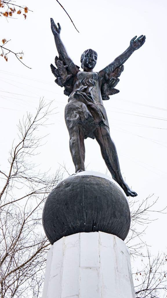 skulptura-devochka-na-share-v-rajone-krylatskoe_05