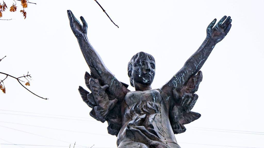 skulptura-devochka-na-share-v-rajone-krylatskoe_08