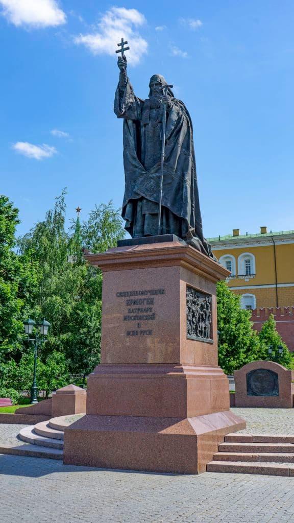 pamyatnik-patriarhu-ermogenu-v-aleksandrovskom-sadu_03