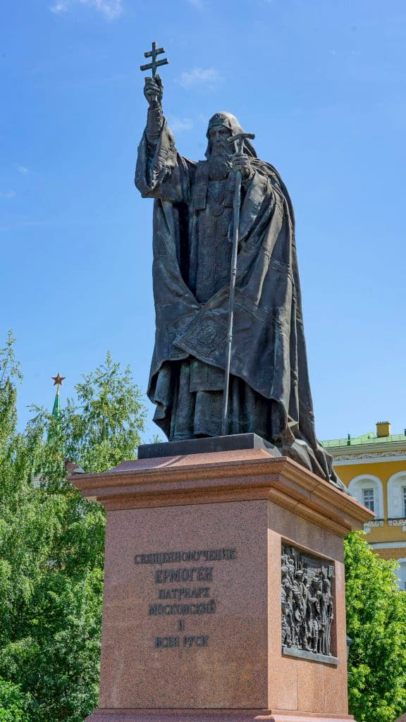 pamyatnik-patriarhu-ermogenu-v-aleksandrovskom-sadu_04