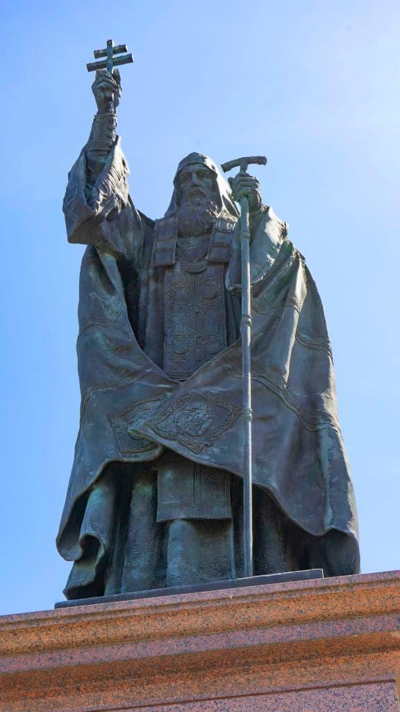 pamyatnik-patriarhu-ermogenu-v-aleksandrovskom-sadu_05