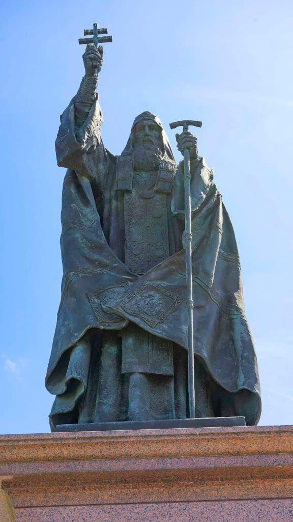 pamyatnik-patriarhu-ermogenu-v-aleksandrovskom-sadu_12