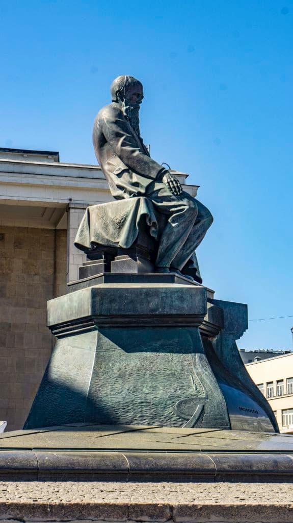 pamyatnik-dostoevskomu-u-biblioteki-lenina_12