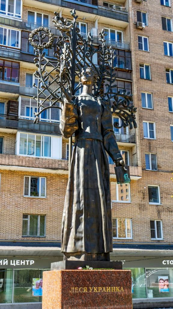 pamyatnik-lese-ukrainke-na-ukrainskom-bulvare_03