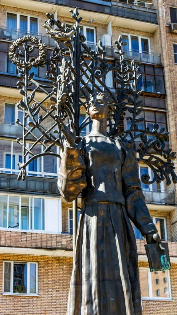 pamyatnik-lese-ukrainke-na-ukrainskom-bulvare_06