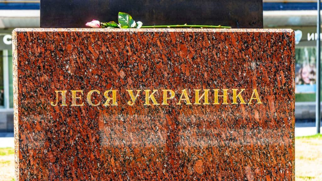 pamyatnik-lese-ukrainke-na-ukrainskom-bulvare_08