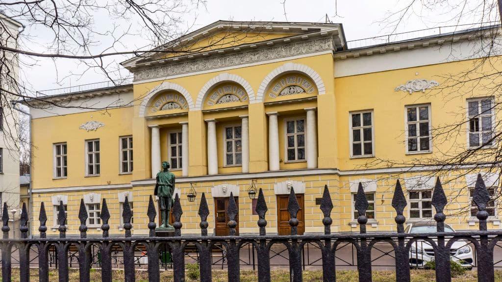 pamyatnik-maksimu-gorkomu-na-povarskoj-ulice_01