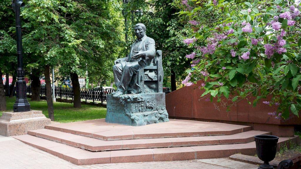 pamyatnik-rasulu-gamzatovu-na-yauzskom-bulvare_01