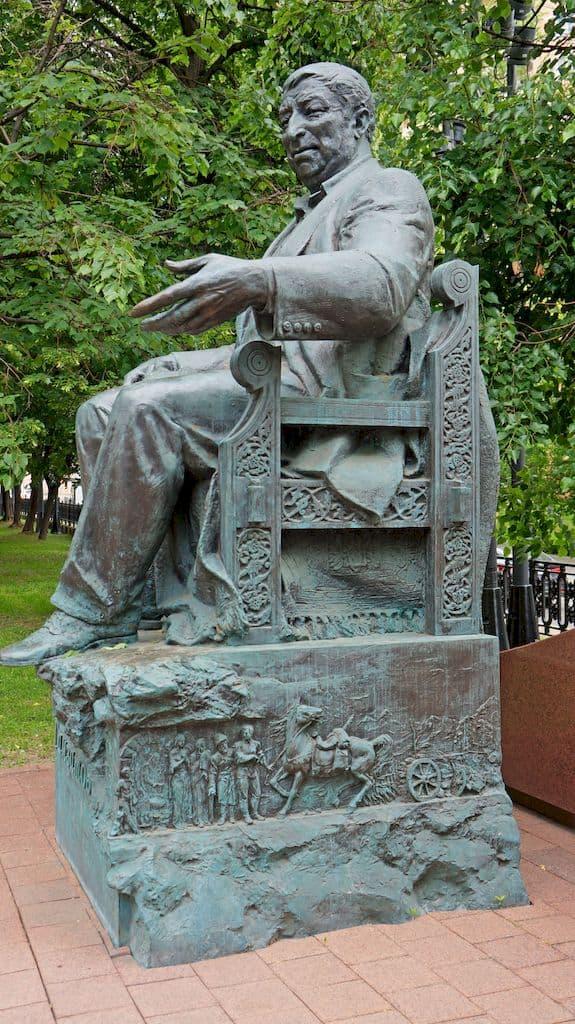 pamyatnik-rasulu-gamzatovu-na-yauzskom-bulvare_06
