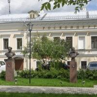Фото - Сквер полководцев со скульптурами у здания РВИО (Москва)