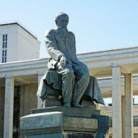 Фото - Памятник Достоевскому у Библиотеки Ленина (Москва)
