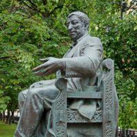 Фото - Памятник Расулу Гамзатову на Яузском Бульваре (Москва)
