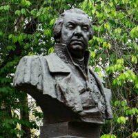 Фото - Памятник-бюст Кутузову возле Кутузовской избы (Москва)